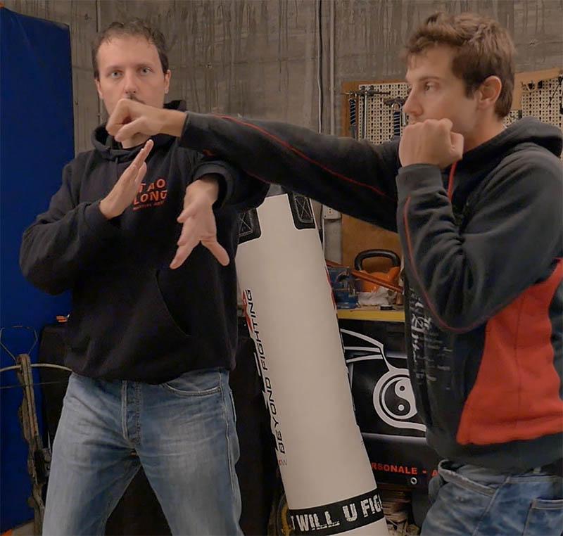 forearm deflection - parare il pugno con l'avambraccio.
